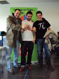 De izquierda a derecha: Leonard, David Calvo, un cubo de Rubik y Sheldon :)