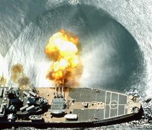 Captura de la onda de presión al chocar contra el agua, disparando un proyectil de gran calibre.